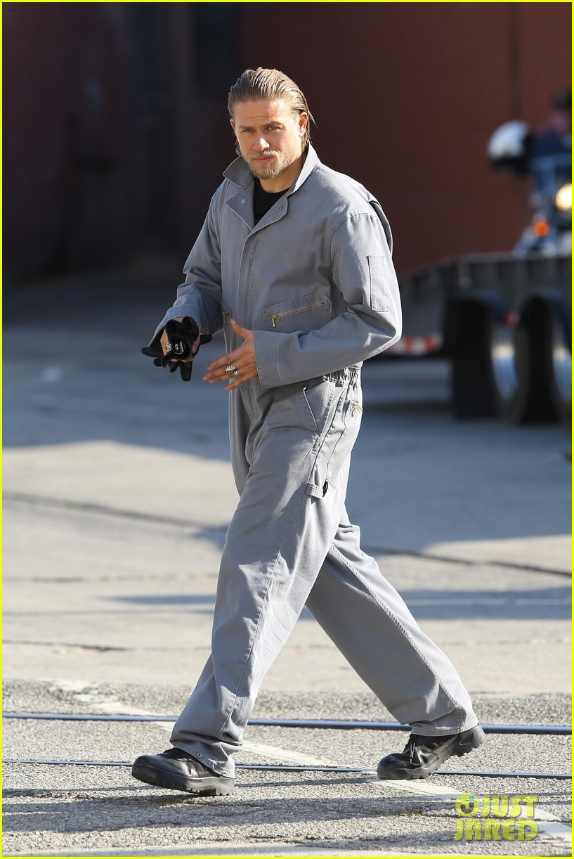 charlie hunnam goes undercover on sons of anarchy set 042960318