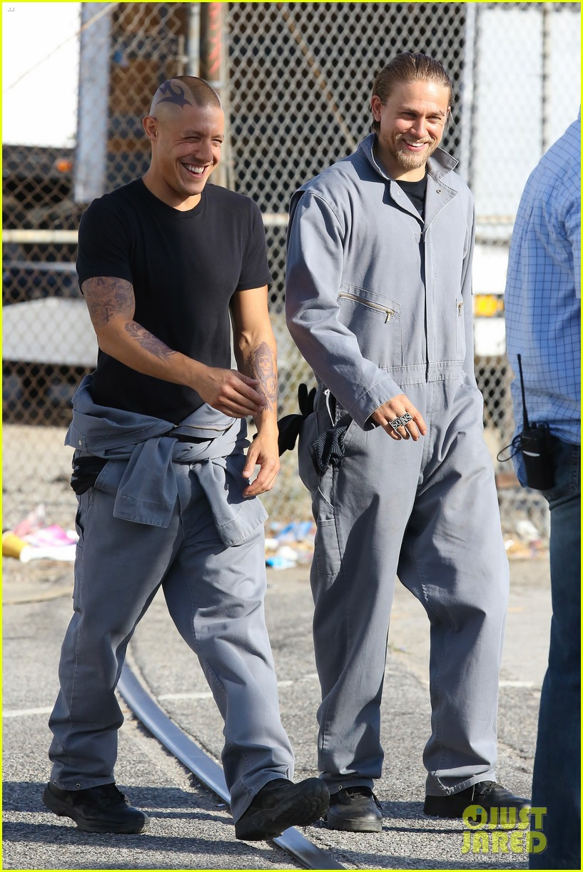 charlie hunnam goes undercover on sons of anarchy set 052960319