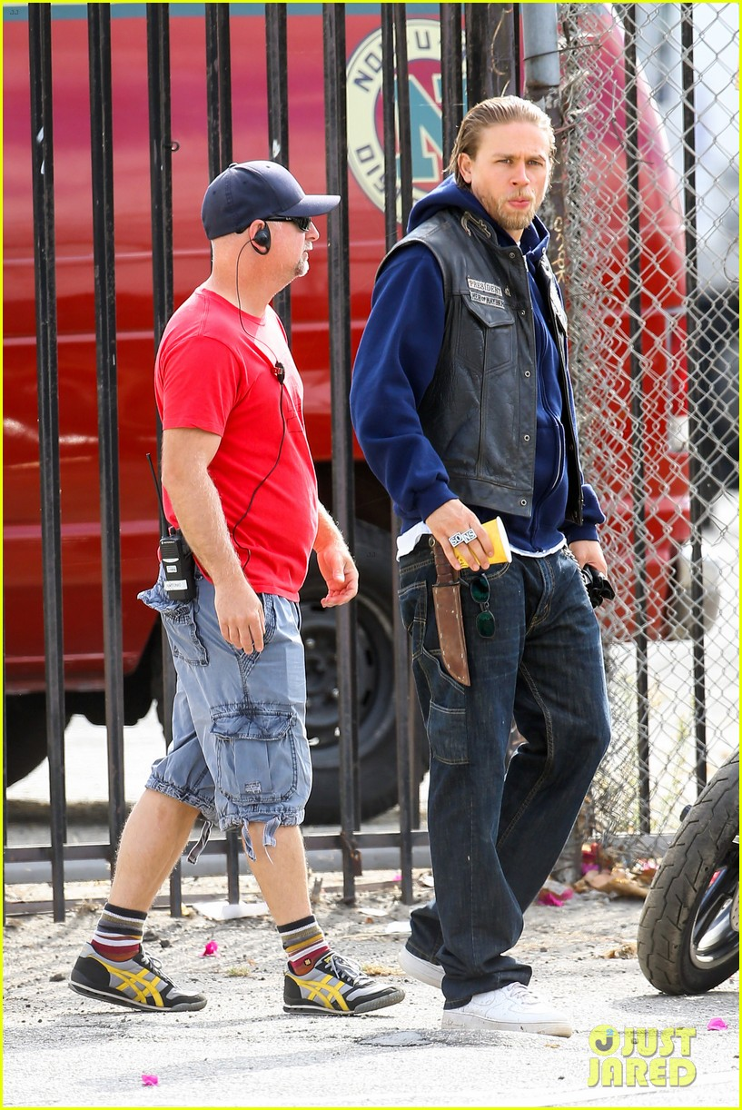 charlie hunnam goes undercover on sons of anarchy set 09