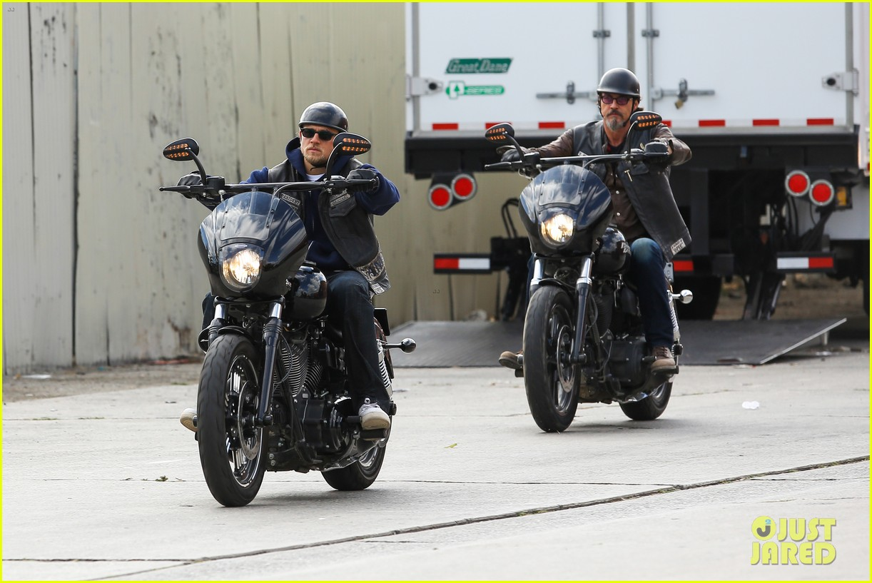 charlie hunnam goes undercover on sons of anarchy set 17