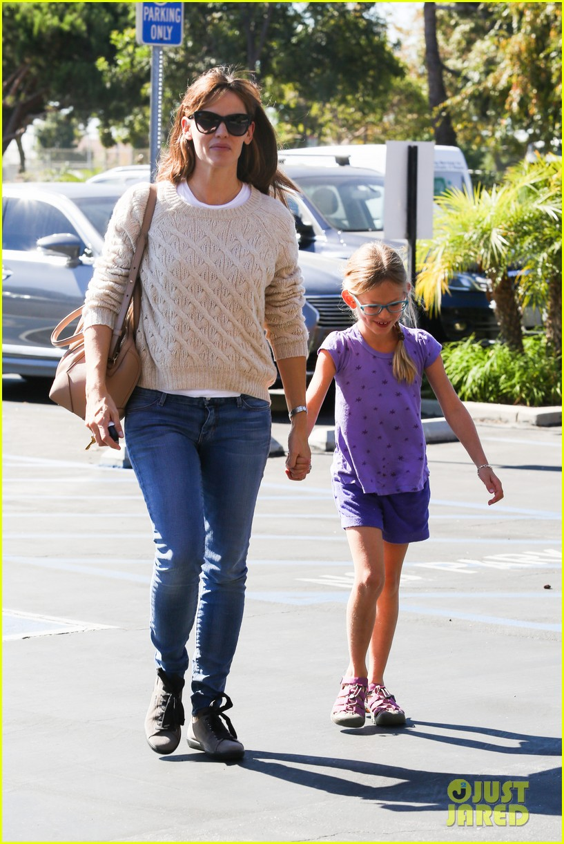 jennifer garner takes violet to her basketball game 062962626