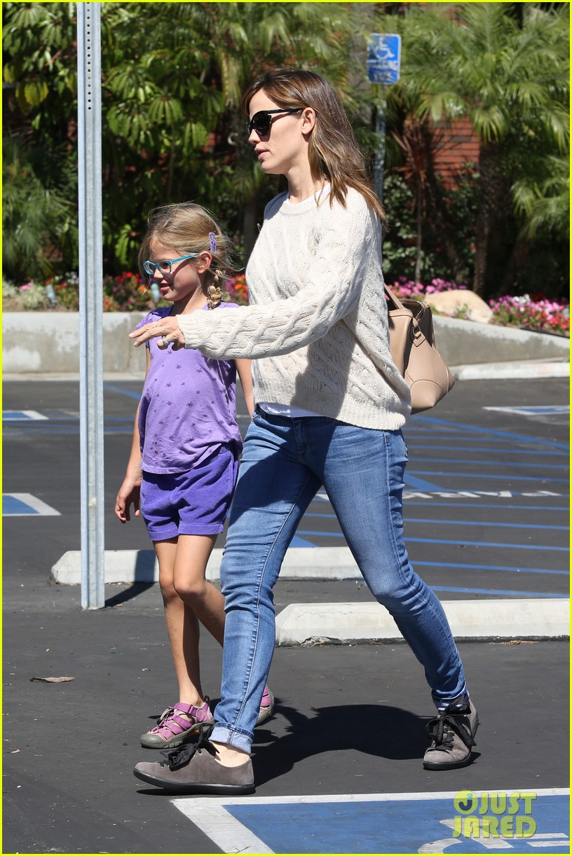 jennifer garner takes violet to her basketball game 082962628