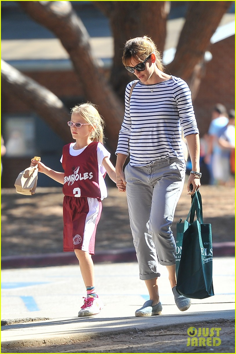 jennifer garner takes violet to her basketball game 15