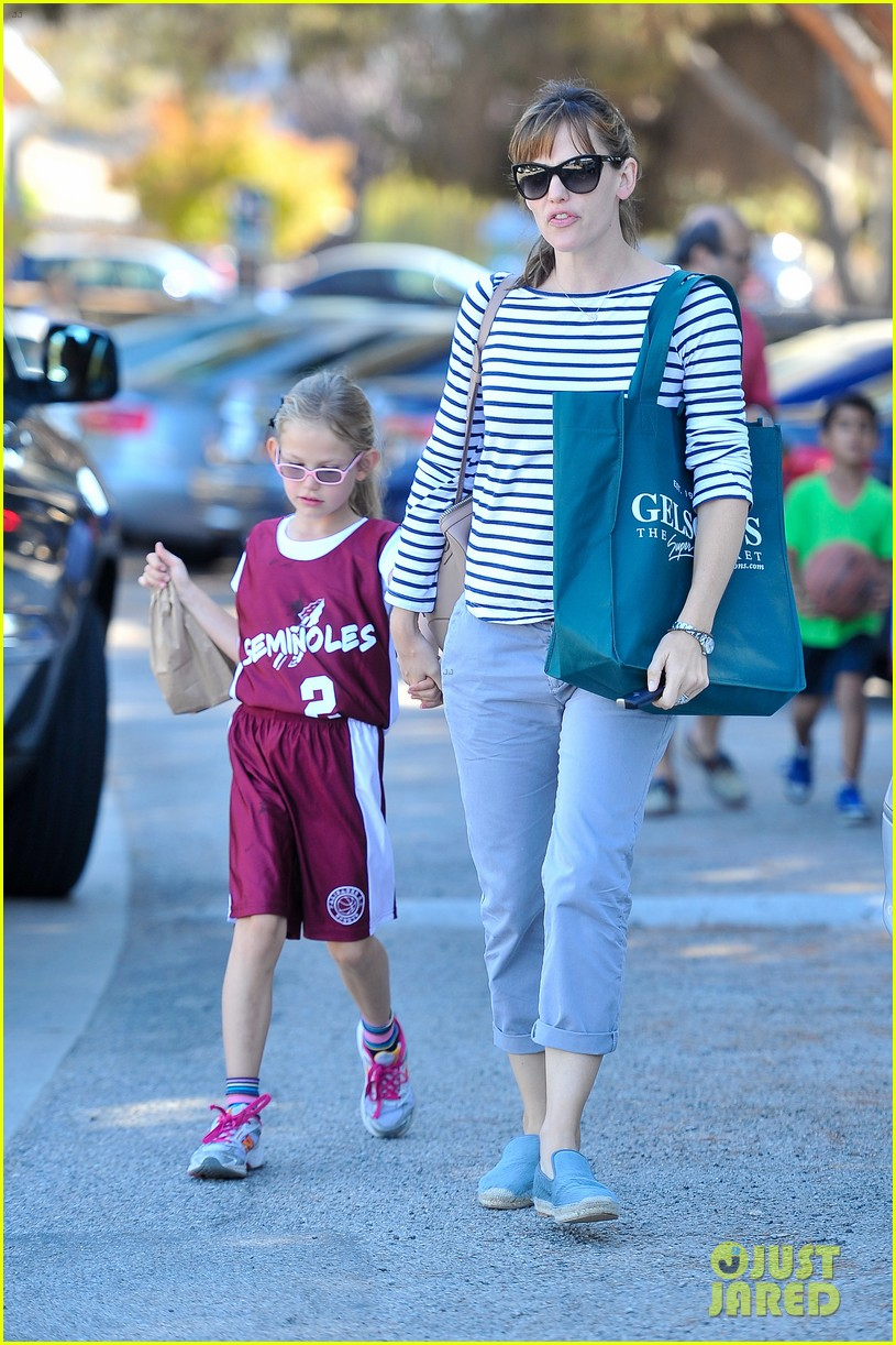 jennifer garner takes violet to her basketball game 162962636