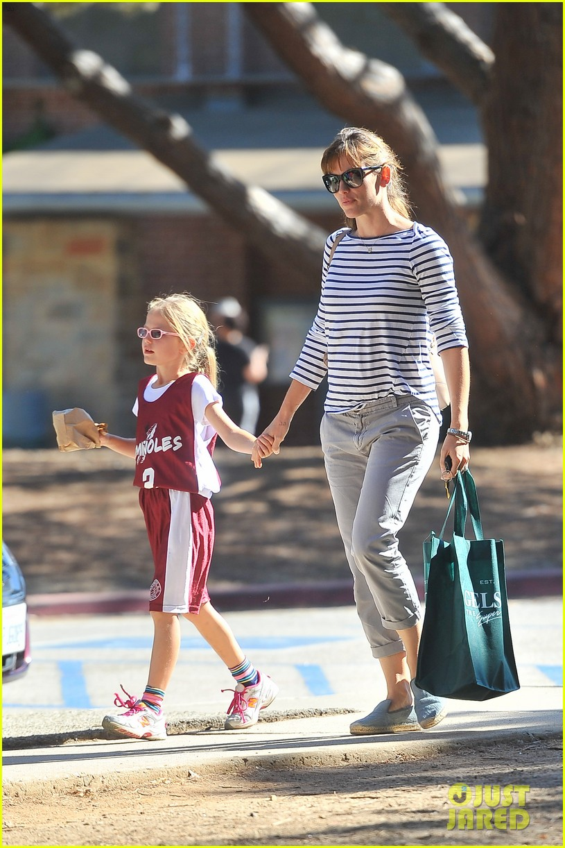 jennifer garner takes violet to her basketball game 172962637