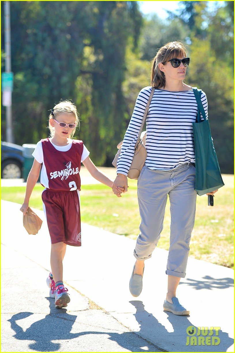 jennifer garner takes violet to her basketball game 182962638