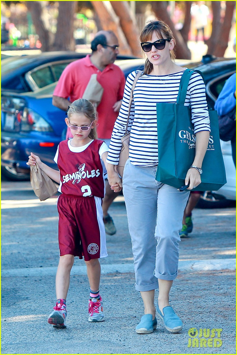 jennifer garner takes violet to her basketball game 34