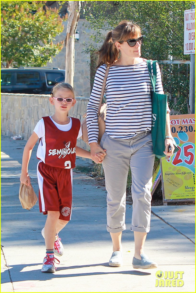 jennifer garner takes violet to her basketball game 402962660
