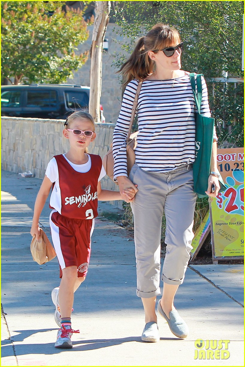 jennifer garner takes violet to her basketball game 422962662