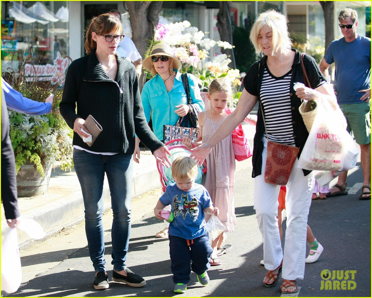 jennifer garner ben affleck mom take kids shopping 022952986