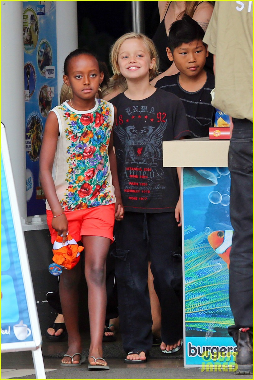 angelina jolie kids visit the sydney aquarium 042946293