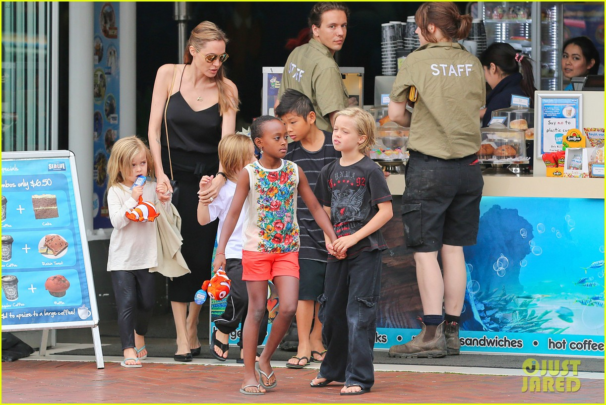 angelina jolie kids visit the sydney aquarium 072946296