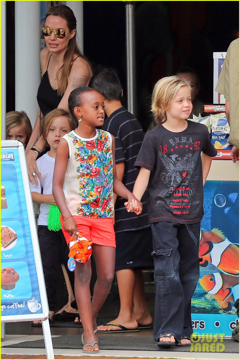 angelina jolie kids visit the sydney aquarium 112946300