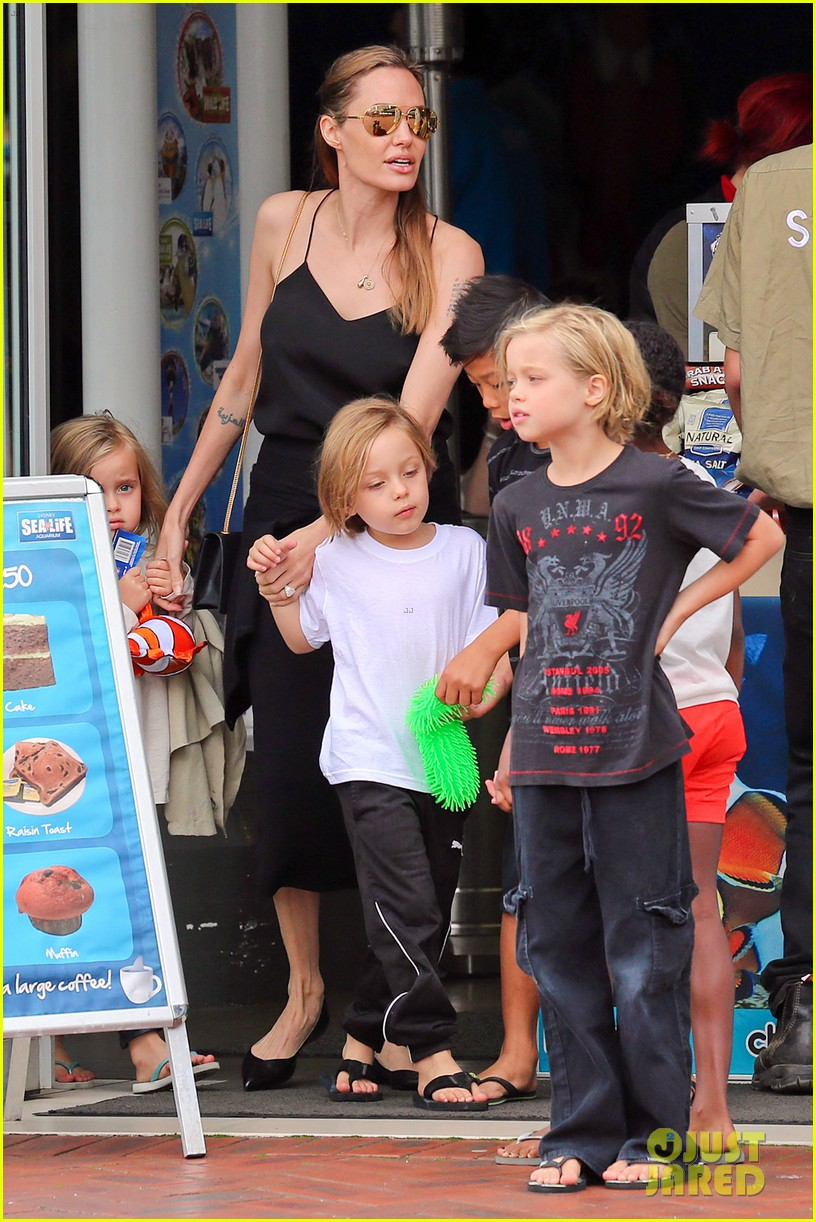 angelina jolie kids visit the sydney aquarium 142946303