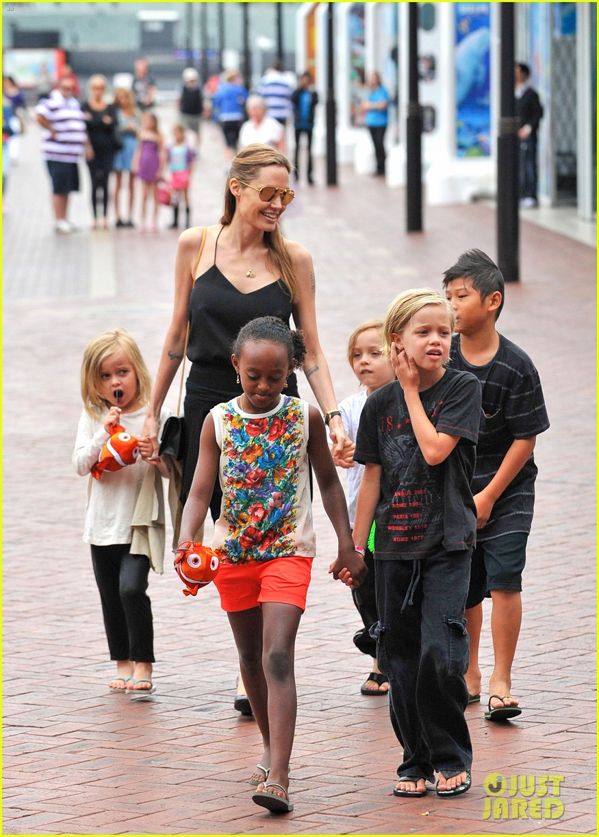 angelina jolie kids visit the sydney aquarium 152946304