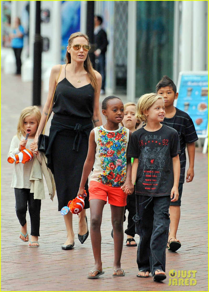 angelina jolie kids visit the sydney aquarium 202946309