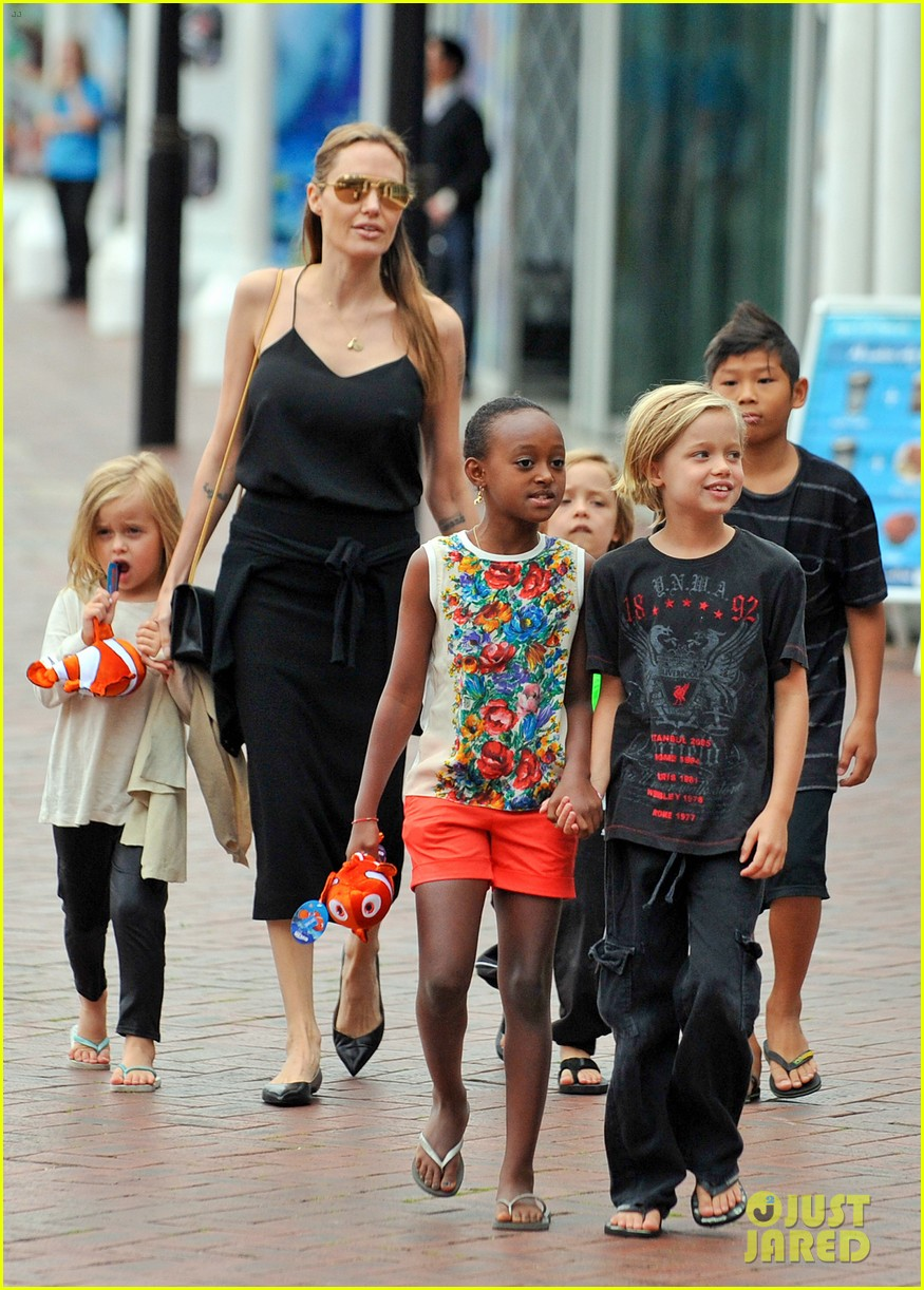 angelina jolie kids visit the sydney aquarium 21