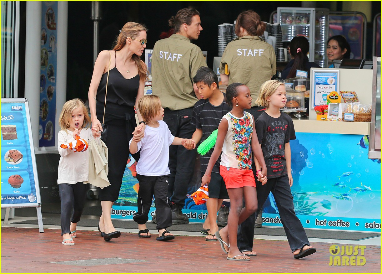 angelina jolie kids visit the sydney aquarium 332946322