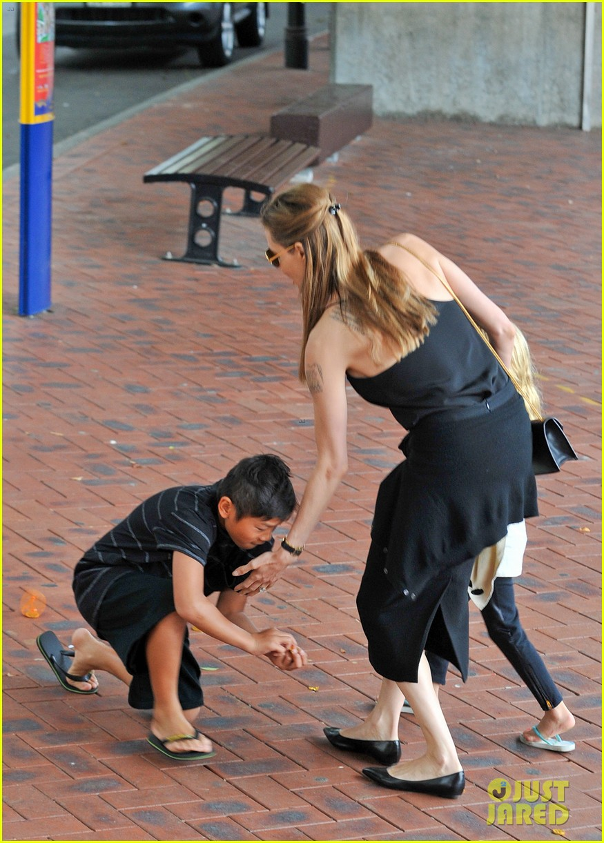 angelina jolie kids visit the sydney aquarium 402946329