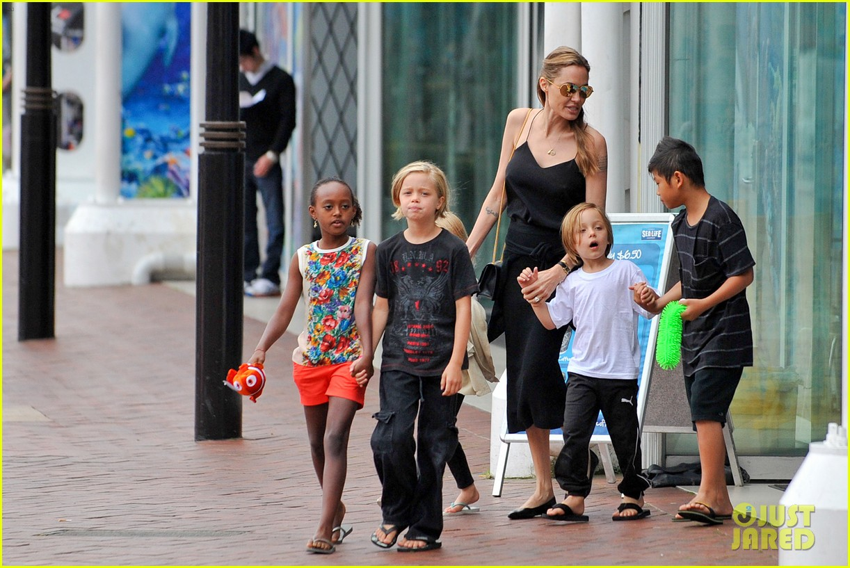 angelina jolie kids visit the sydney aquarium 412946330