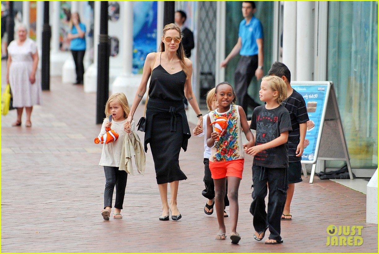 angelina jolie kids visit the sydney aquarium 432946332