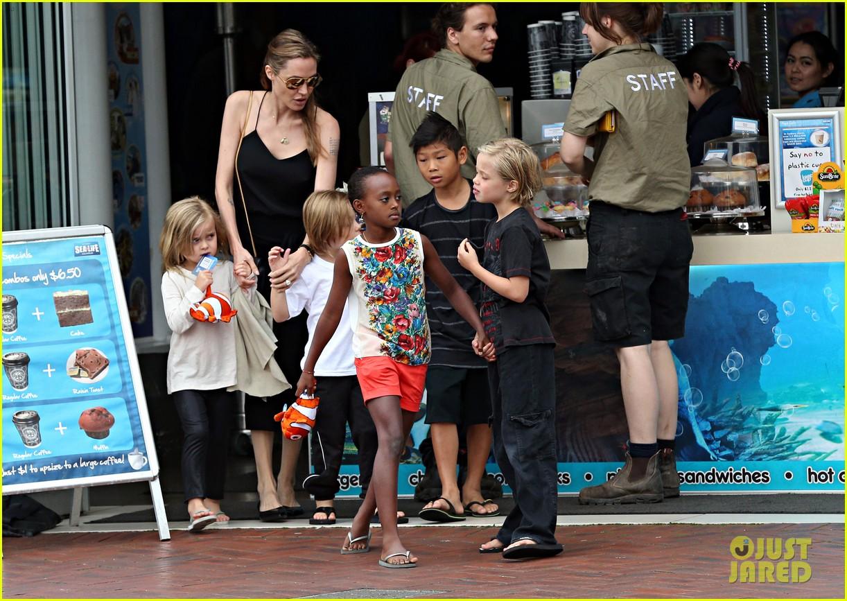 angelina jolie kids visit the sydney aquarium 482946337