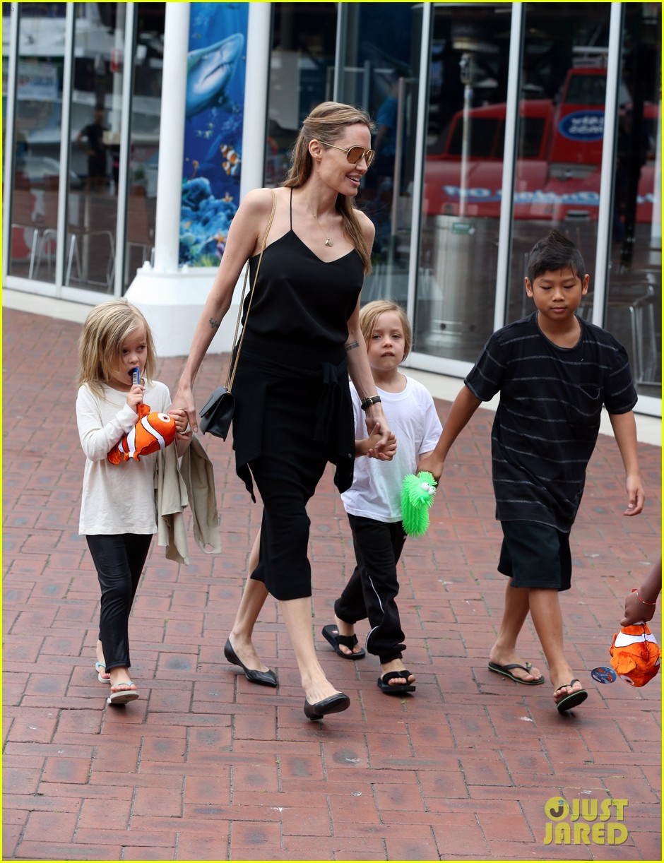 angelina jolie kids visit the sydney aquarium 502946339