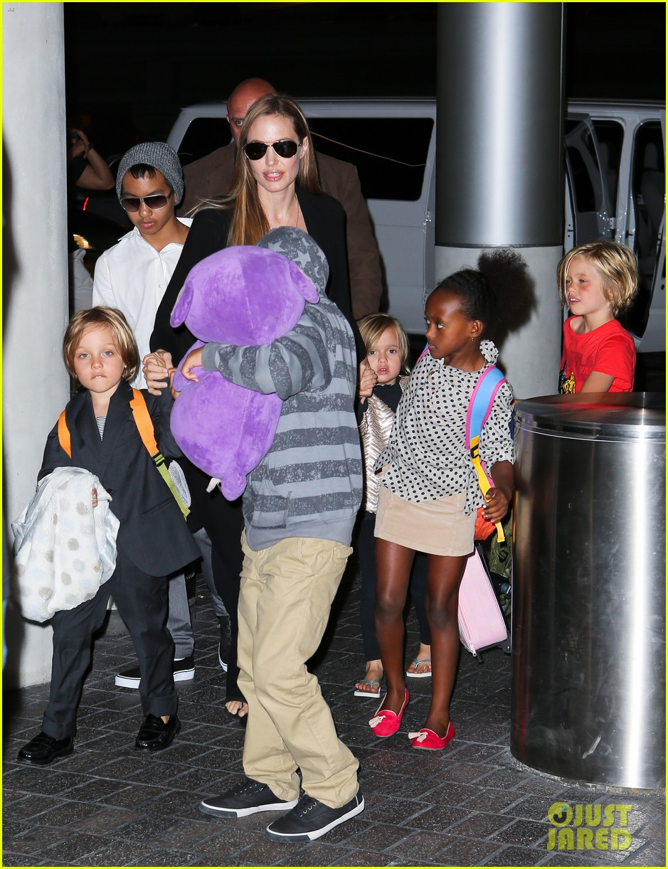 angelina jolie catches a flight with all six kids 012944274