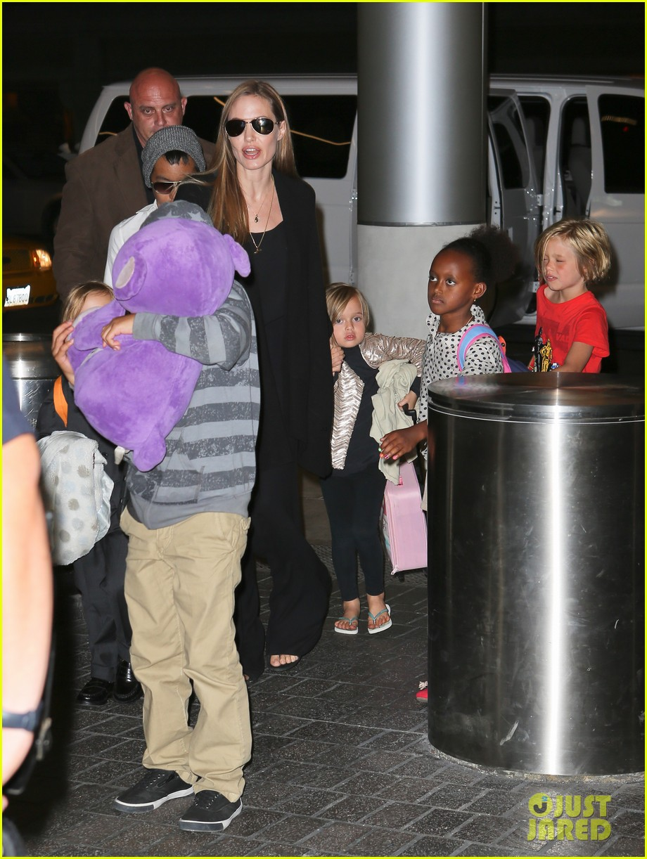 angelina jolie catches a flight with all six kids 032944276
