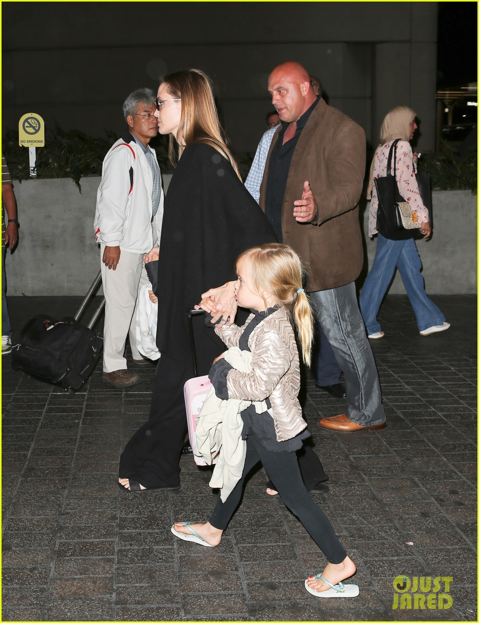 angelina jolie catches a flight with all six kids 202944293