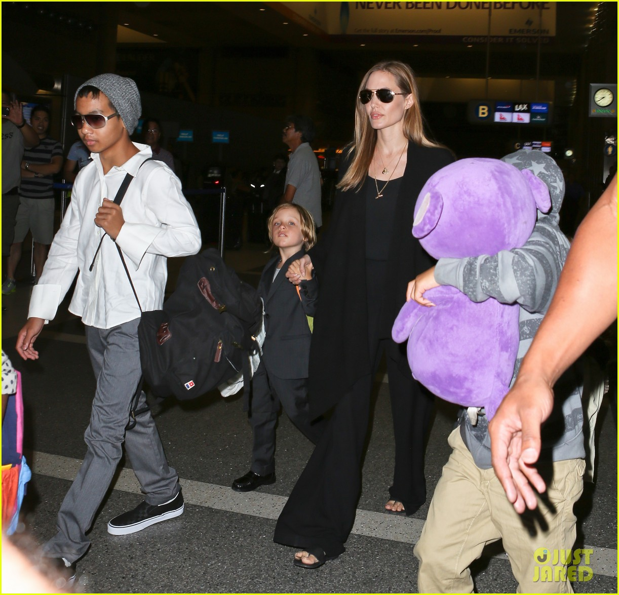 angelina jolie catches a flight with all six kids 252944298