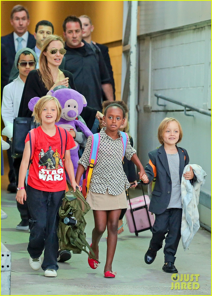 angelina jolie arrives in syd with all six kids 012944984