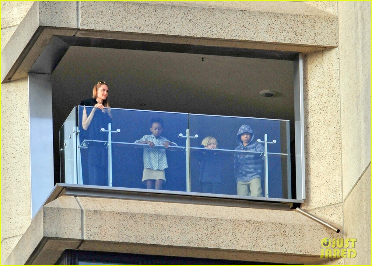 angelina jolie arrives in syd with all six kids 042944987