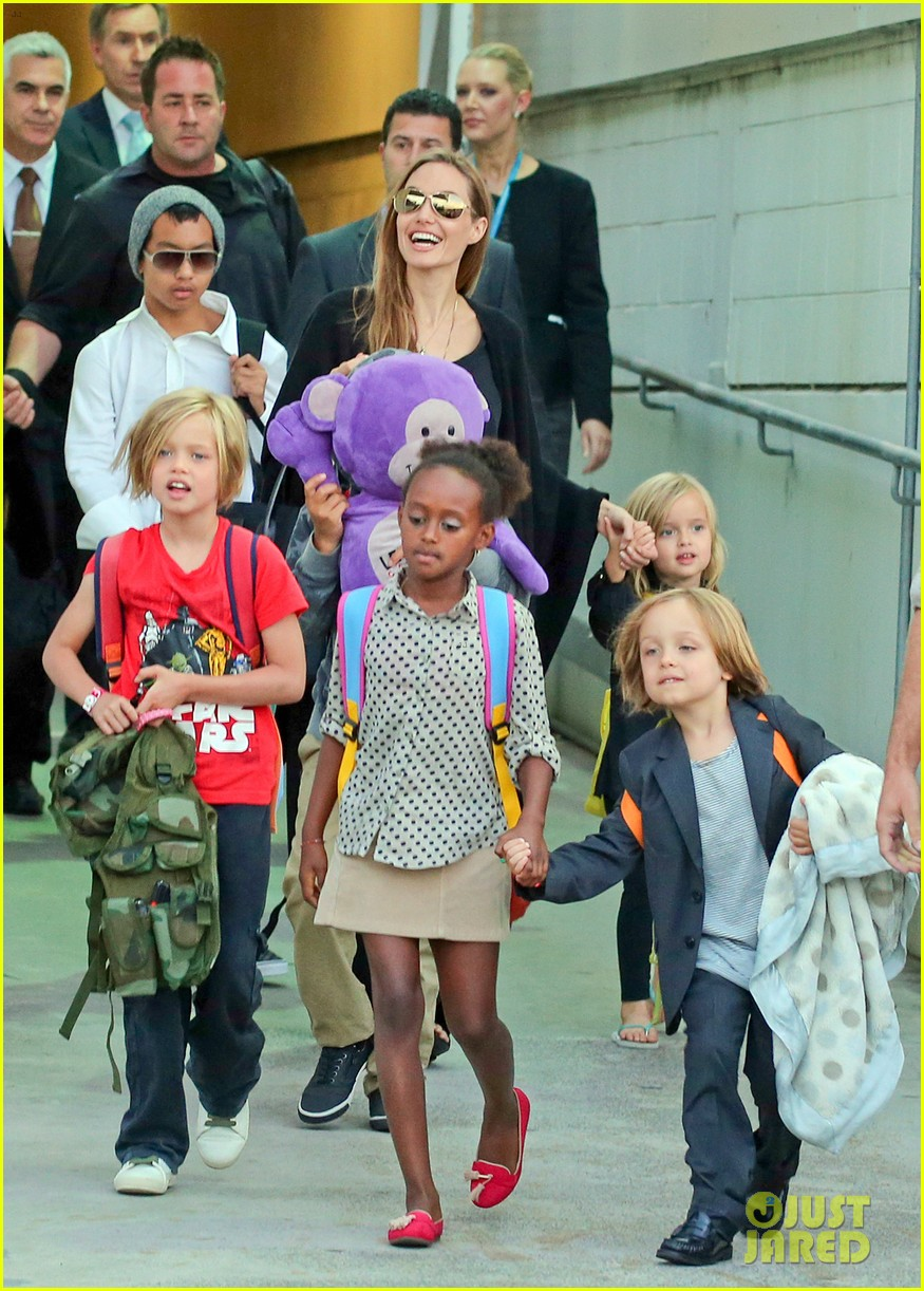 angelina jolie arrives in syd with all six kids 062944989