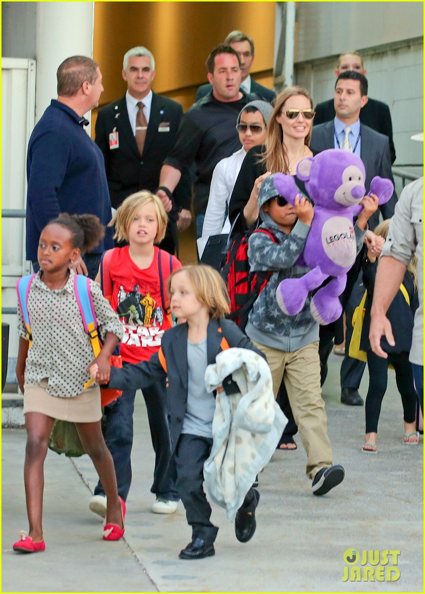 angelina jolie arrives in syd with all six kids 092944992