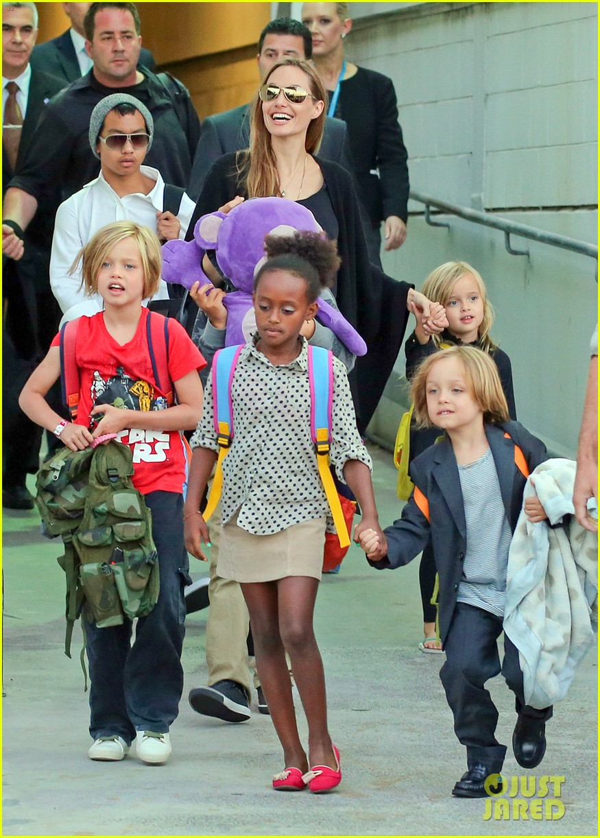 angelina jolie arrives in syd with all six kids 152944998