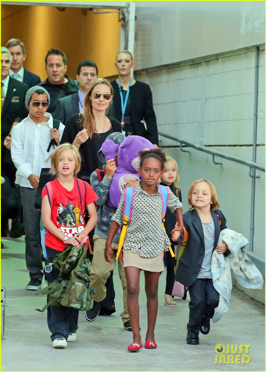 angelina jolie arrives in syd with all six kids 162944999