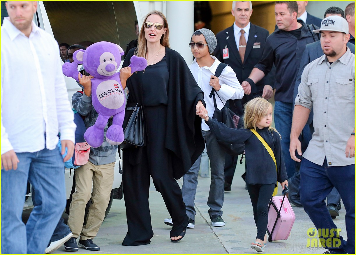 angelina jolie arrives in syd with all six kids 182945001
