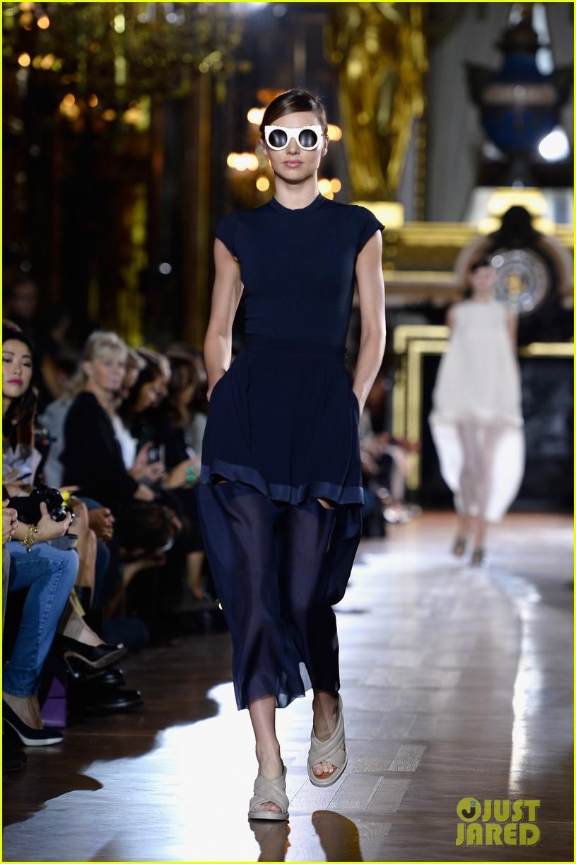 miranda kerr cara delevingne stella mccartney fashion show 062963015