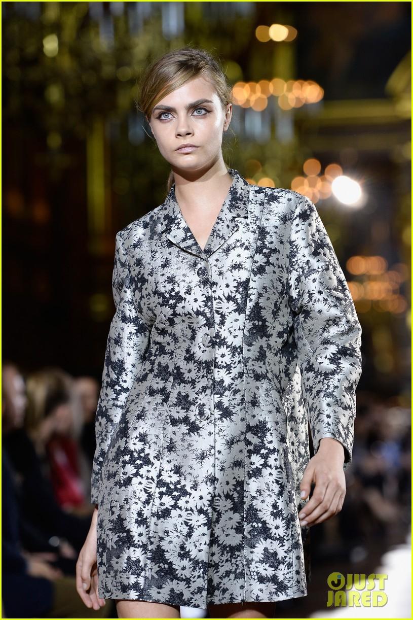miranda kerr cara delevingne stella mccartney fashion show 082963017