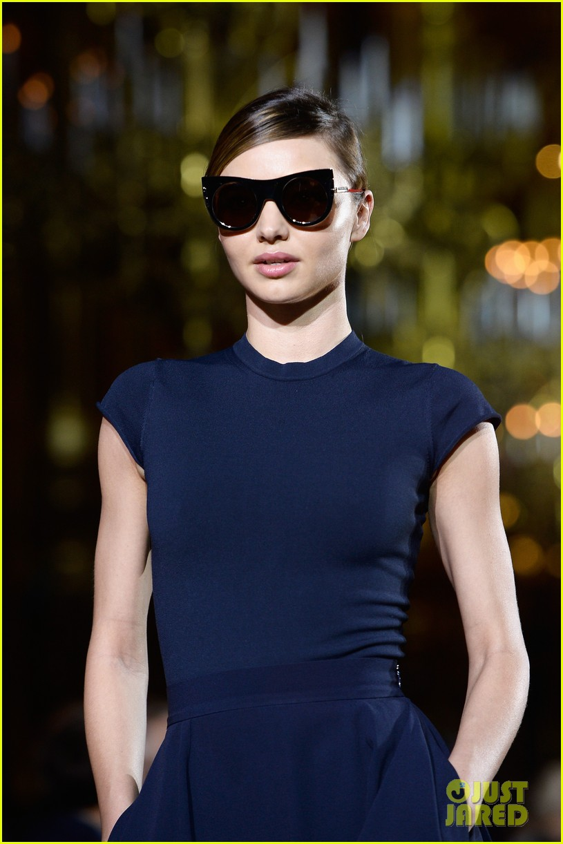 miranda kerr cara delevingne stella mccartney fashion show 112963020