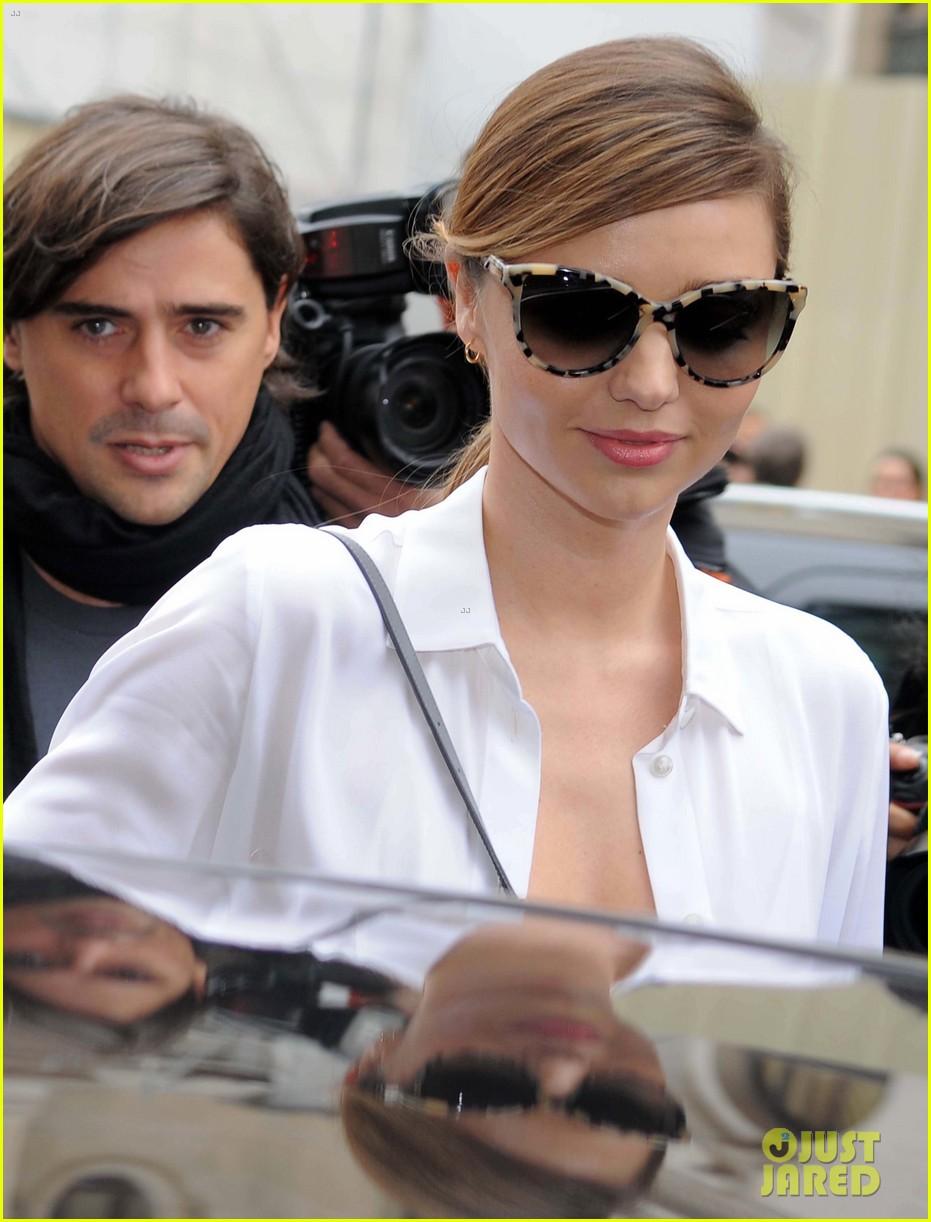miranda kerr cara delevingne stella mccartney fashion show 212963030