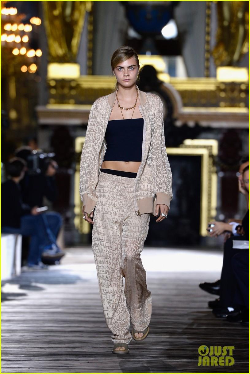 miranda kerr cara delevingne stella mccartney fashion show 282963037