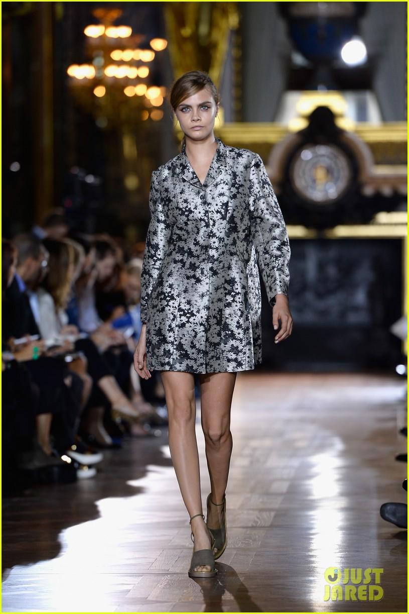 miranda kerr cara delevingne stella mccartney fashion show 302963039