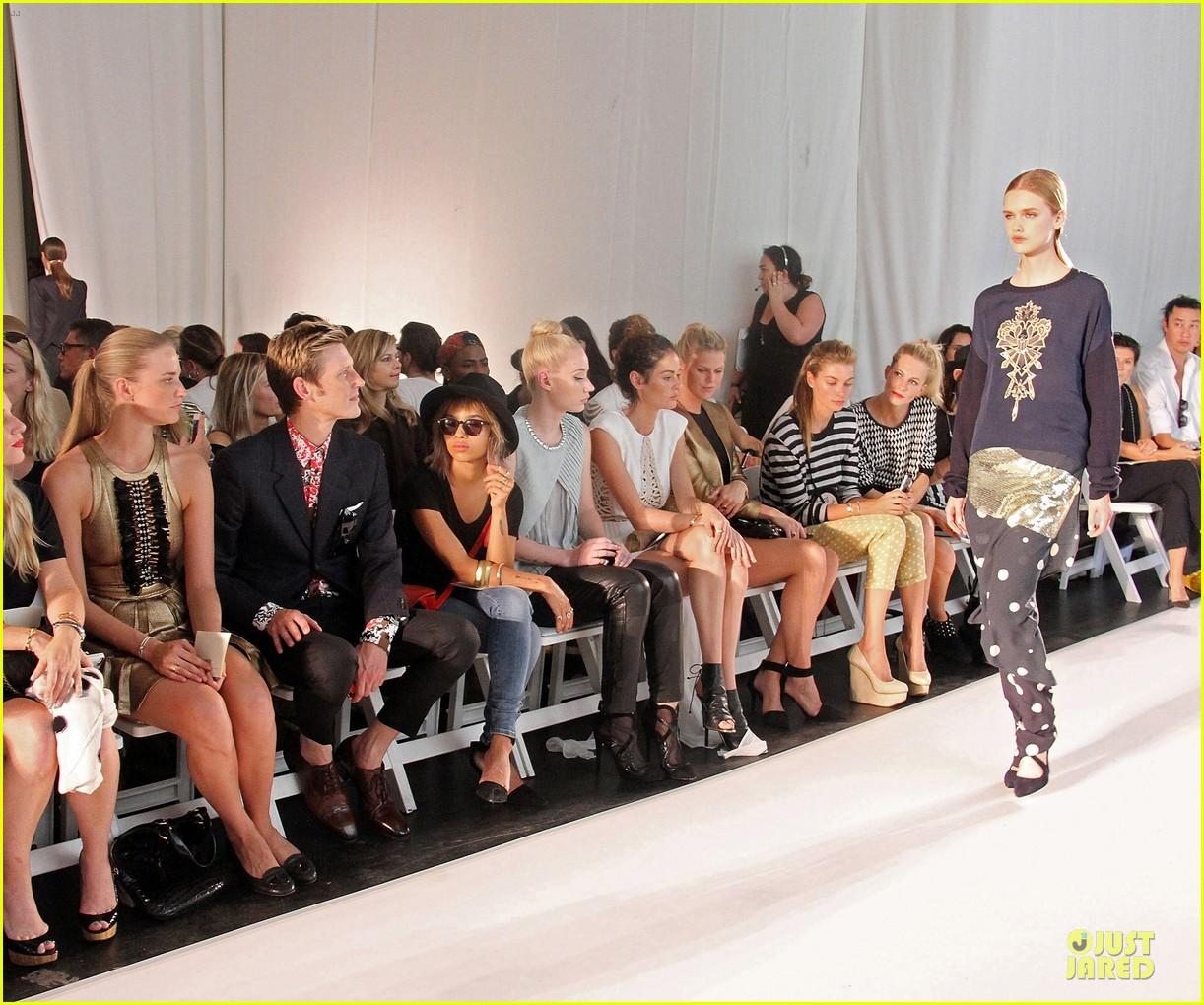 zoe kravitz iggy azalea sass bide fashion show 08