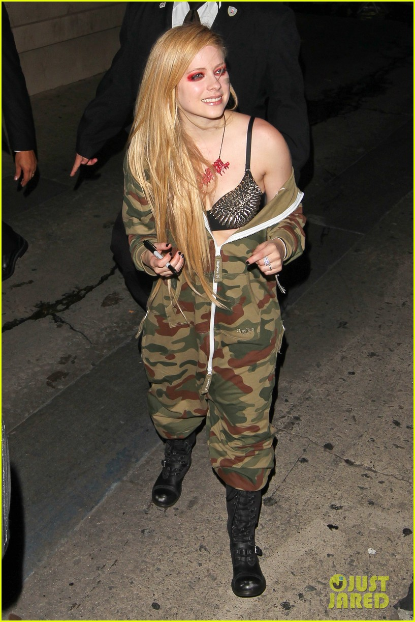 avril lavigne flaunts metal spikes on bra for jimmy kimmel 212955076