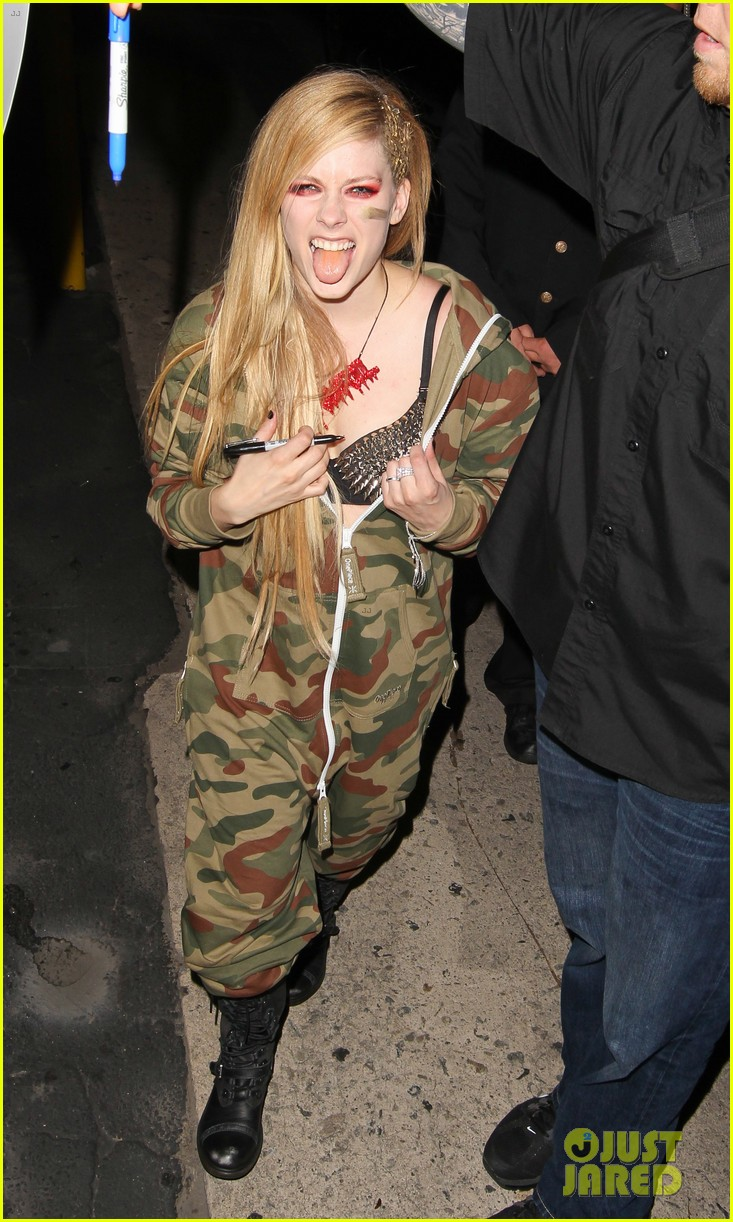 avril lavigne flaunts metal spikes on bra for jimmy kimmel 22