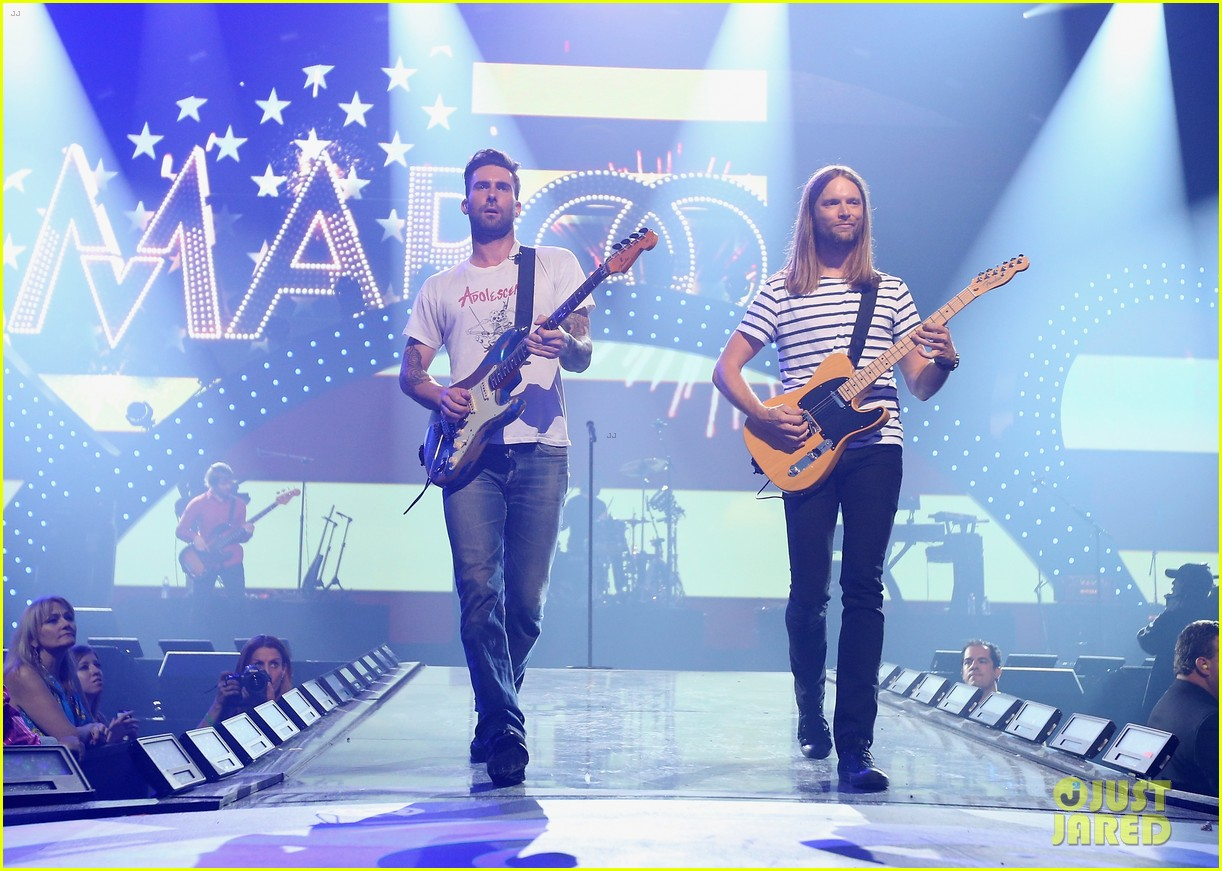 adam levine jared leto iheartradio performances 01