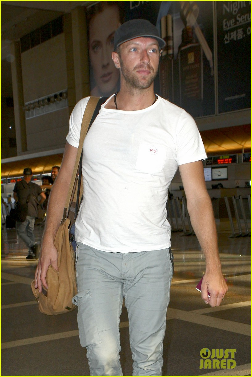 chris martin catches flight out of los angeles 04