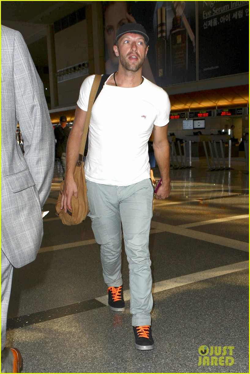chris martin catches flight out of los angeles 062959099